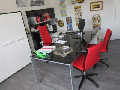 Scrivania ufficio arredamento noleggio attrezzature for Costo scrivania